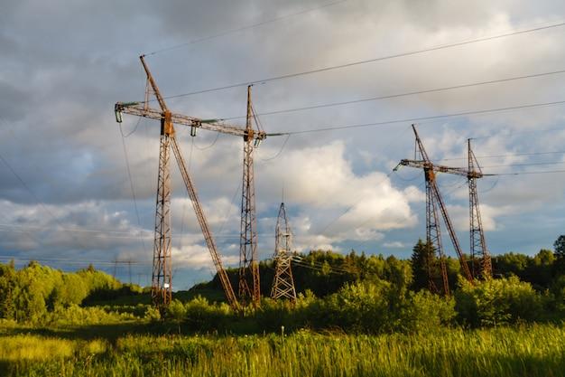 Hoogspanningsleidingen bij zonsondergang. elektriciteitsdistributiestation.