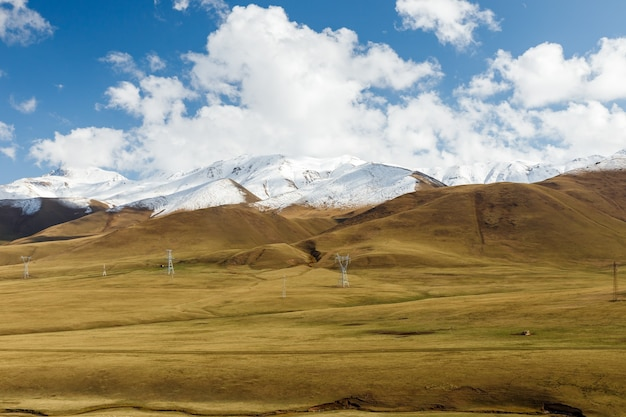 Hoogspanningslijn in de bergen van kirgizië.