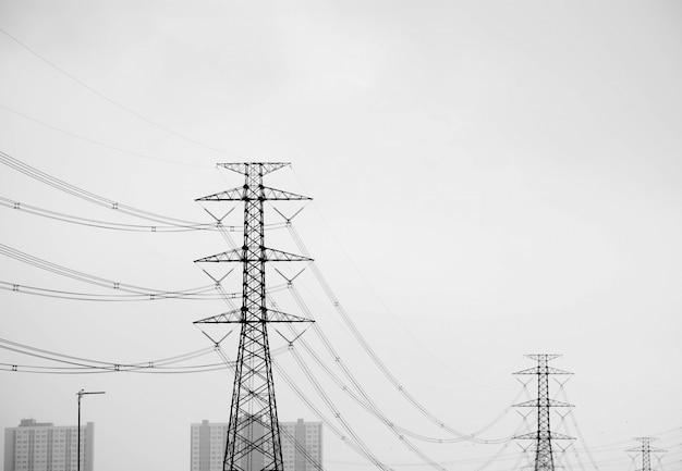 Hoogspanningspool elektrische pylonen in stedelijk