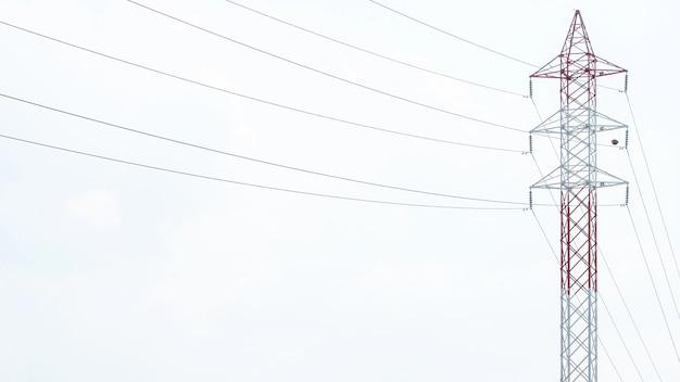 Hoogspanningspost.high-voltage toren hemelachtergrond. elektriciteit is de belangrijkste energie