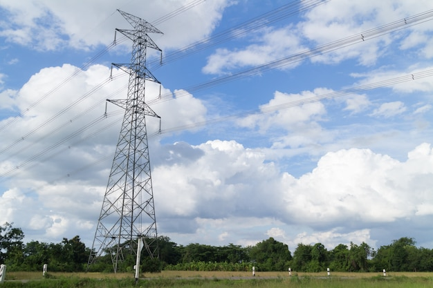 Hoogspanningspost of hoogspanningstoren in een rijstveld