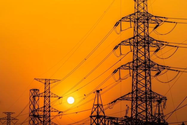 Hoogspanningsstalen transmissietoren tijdens zonsondergang