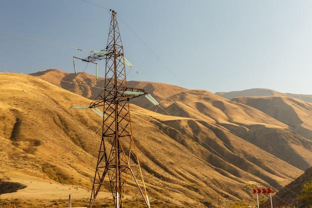 Hoogspanningstransmissiemast in de bergen, hoogspanningspost berglandschap