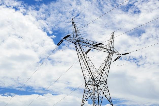 Hoogspanningstransmissietorens en wolkenachtergrond