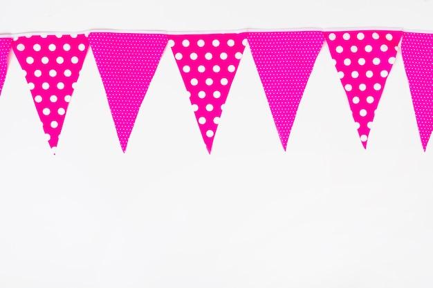 Hoogste die bodem met roze bunting vlag op witte achtergrond wordt gemaakt