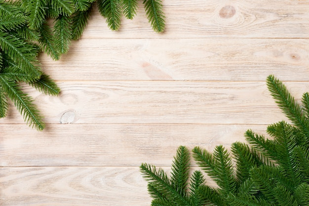 Hoogste die mening van kader van sparrentakken wordt gemaakt op houten achtergrond. kerst concept met lege ruimte voor uw ontwerp