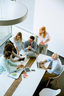 Hoogste mening bij bedrijfsmensen in bureau