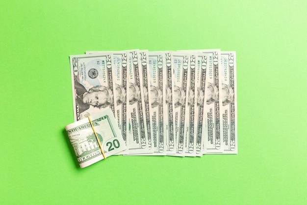 Hoogste mening die van 20 dollarbankbiljetten in één lijn liggen. sluit omhoog van het concept van de geldbesparing