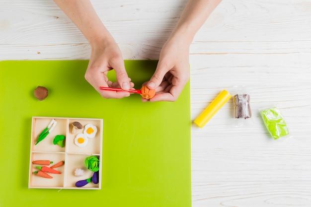 Hoogste mening die van hand pompoen van oranje klei maken