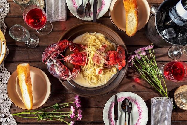 Hoogste mening een heerlijke vers gekookte zeekreeft voor achtergrond van de diner de vastgestelde houten lijst