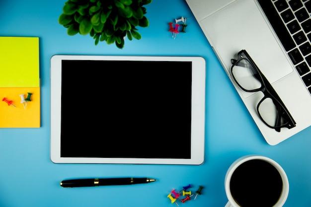 Hoogste mening met lege spot op tablet op bureau het werk ruimte.