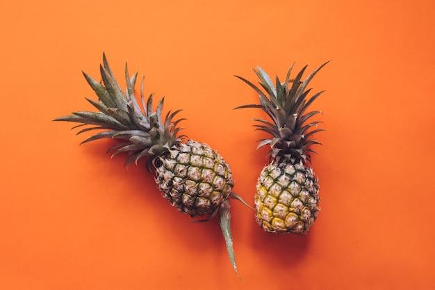 Hoogste mening van ananassen op een oranje achtergrond
