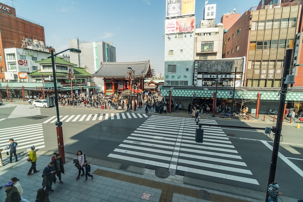 Hoogste mening van asakusa en sensoji-tempel met het crosswalkverkeer van menigtemensen