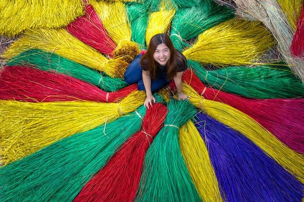 Hoogste mening van aziatisch reizigerswijfje die de traditionele vietnam-matten in het oude traditionele dorp maken bij dinh yen, dong thap, vietnam