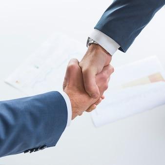 Hoogste mening van bedrijfsmensen die handen samen schudden