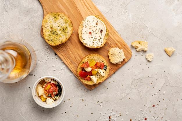 Hoogste mening van brood op bijl op duidelijke achtergrond