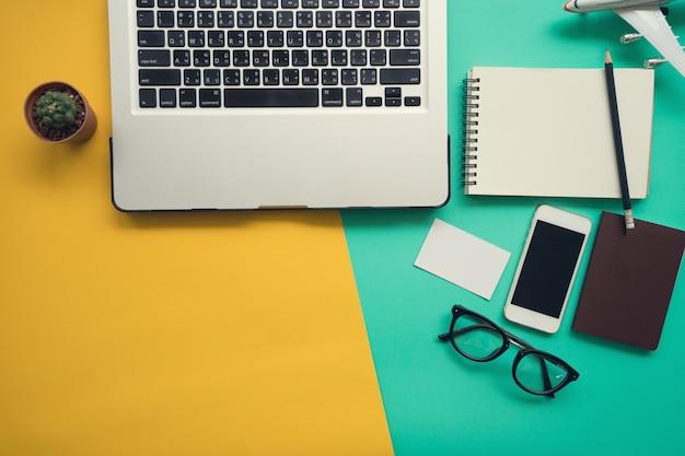 Hoogste mening van bureau met laptop leeg notitieboekje