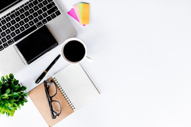 Hoogste mening van bureau modern met werkruimte in bureau met exemplaarruimte
