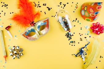 Hoogste mening van Carnaval-masker met decoratiemateriaal en over gele achtergrond