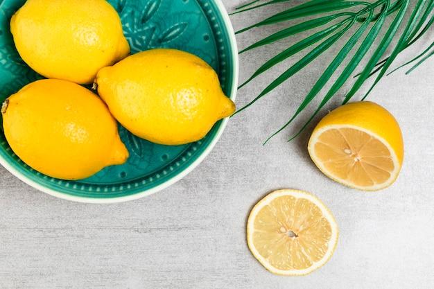 Hoogste mening van citroenen in kom op houten achtergrond