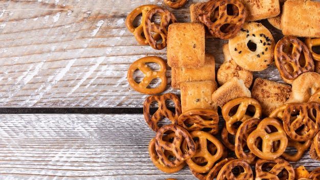 Hoogste mening van crackers en koekjes met exemplaarruimte op witte houten horizontaal