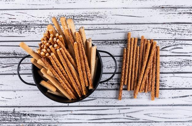 Hoogste mening van crackers in zwarte pan op wit horizontaal