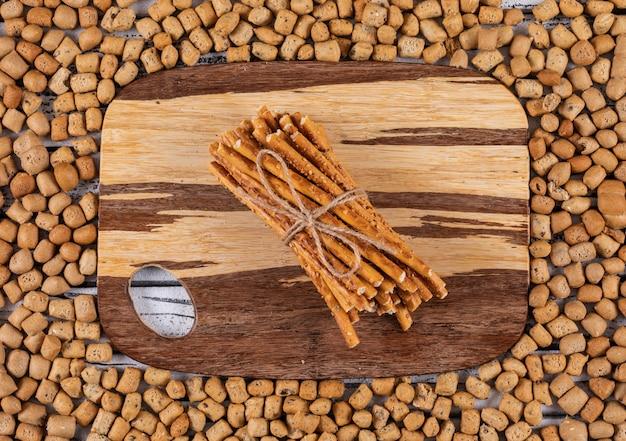 Hoogste mening van crackers op scherpe raad en op horizontale crackerstextuur