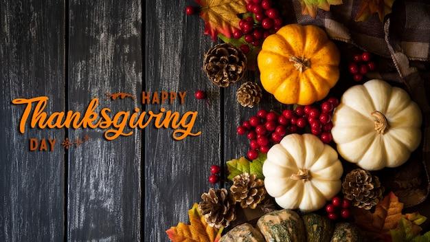 Hoogste mening van de bladeren van de de herfstesdoorn met pompoen voor thanksgiving dayconcept.