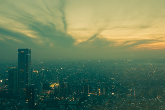 Hoogste mening van de bouw van bureau in bedrijfsdistrict met blauwe hemel