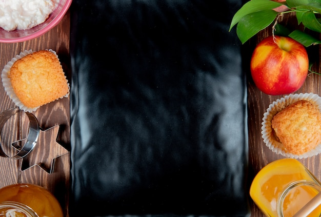 Hoogste mening van de jamcupcake van de perzikperzik cupcake met plaat op centrum op houten oppervlakte