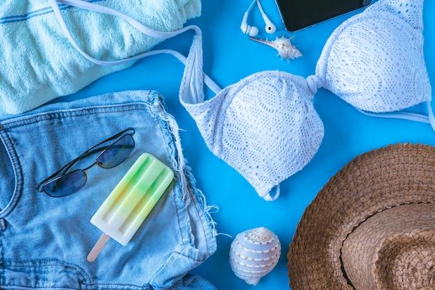 Hoogste mening van de toebehoren van de strandzomer op kleurrijke achtergrond, vakantie en reispunten.