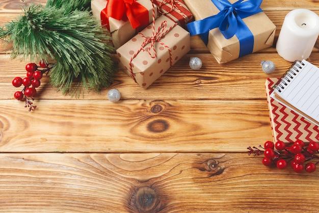 Hoogste mening van de verpakte dozen van de kerstmisgift op houten achtergrond