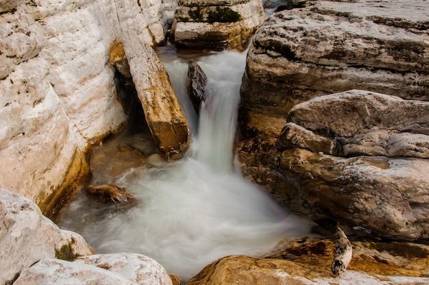 Hoogste mening van de witte stroom die van de bergrivier onder rotsen in martvili-canion stromen