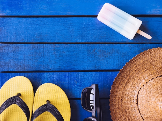 Hoogste mening van de zomertoebehoren op blauwe houten vloer. vrije ruimte voor tekst