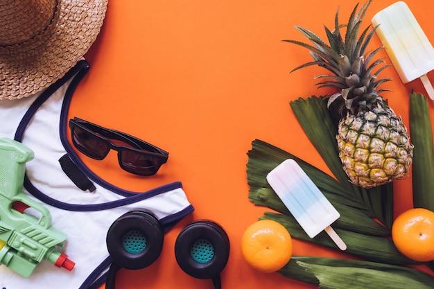 Hoogste mening van de zomertoebehoren op oranje achtergrond. kopie ruimte