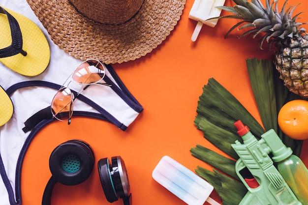 Hoogste mening van de zomertoebehoren op oranje achtergrond