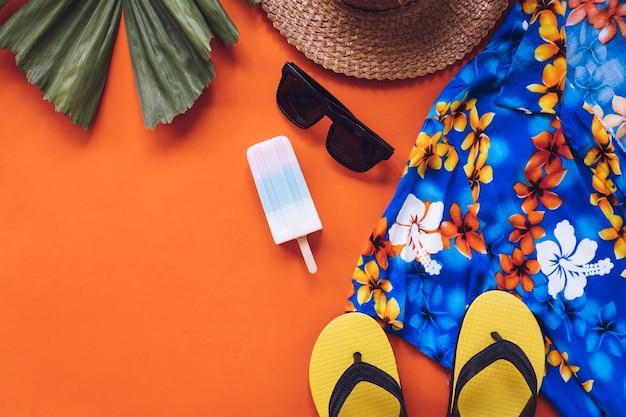 Hoogste mening van de zomertoebehoren op oranje achtergrond.