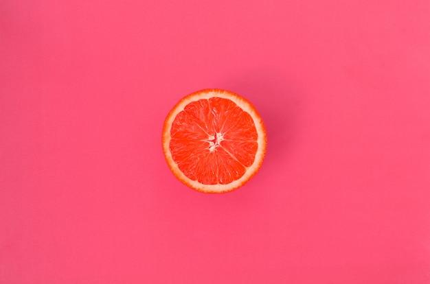 Hoogste mening van een één grapefruitplak op achtergrond
