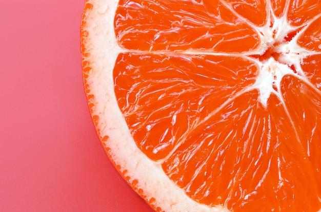 Hoogste mening van een één grapefruitplak op heldere achtergrond