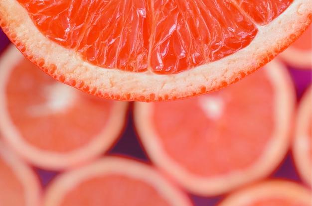 Hoogste mening van een fragment van de rode grapefruitplak
