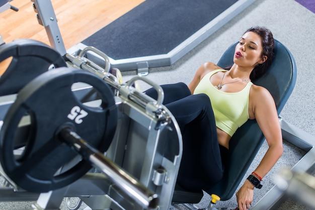 Hoogste mening van een geschikte jonge vrouw die beenpers in de gymnastiek doet