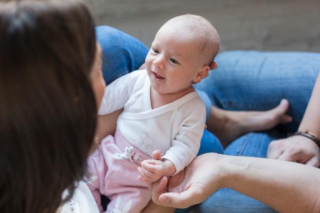 Hoogste mening van een moeder die haar gelukkig babymeisje thuis houdt. familie en liefde concept