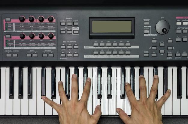 Hoogste mening van handen die het toetsenbord of de piano, het concept van het muziekinstrument spelen