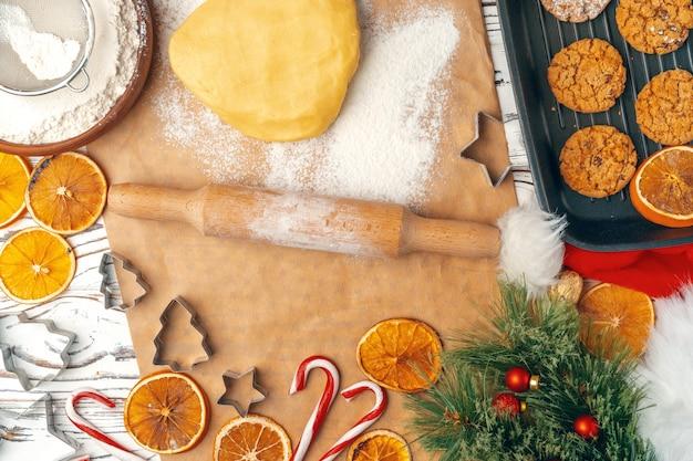 Hoogste mening van haverkoekjes in bakseldienblad op houten lijst