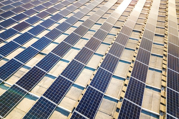Hoogste mening van het blauwe glanzende zonnesysteem van fotovoltaïsche panelen die hernieuwbare schone energie abstracte achtergrond produceren.