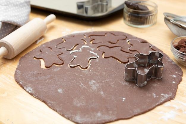 Hoogste mening van het koken proces, de feestelijke koekjes van de kerstmispeperkoekchocolade. kokende chocoladekoekjes of dessert.