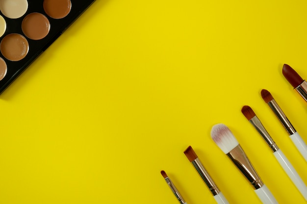 Hoogste mening van het kosmetische wijfje van vrouwen op gele achtergrond.