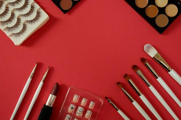 Hoogste mening van het kosmetische wijfje van vrouwen op rode achtergrond.
