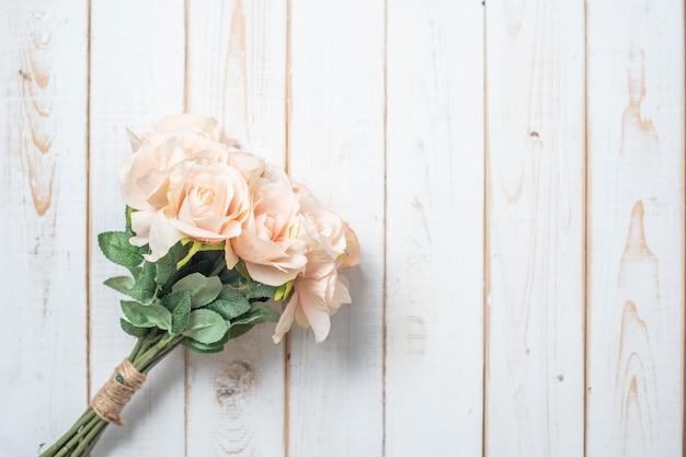 Hoogste mening van huwelijksbloemen op witte houten achtergrond