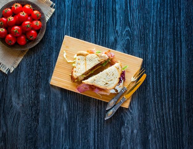 Hoogste mening van italiaanse klassieke pizzamargherita over een houten lijst met bovenste laagjes